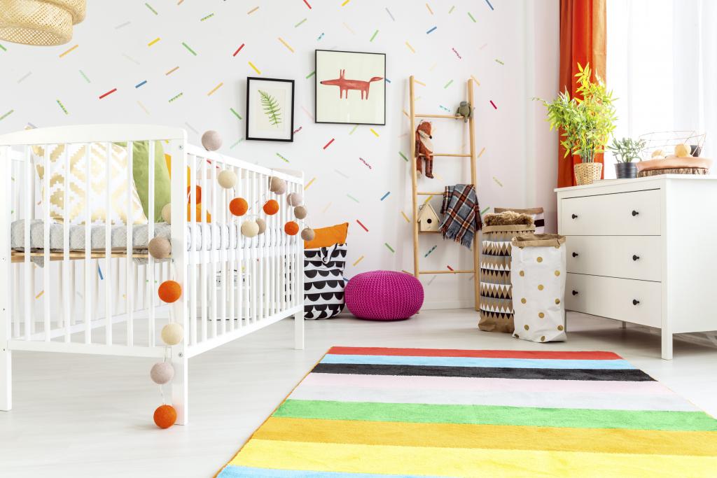 chambre de bébé blanche et multicolore