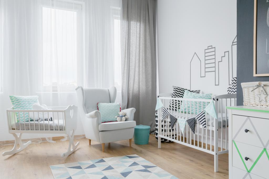 chambre de bébé avec vert pastel et gris, motifs chevrons