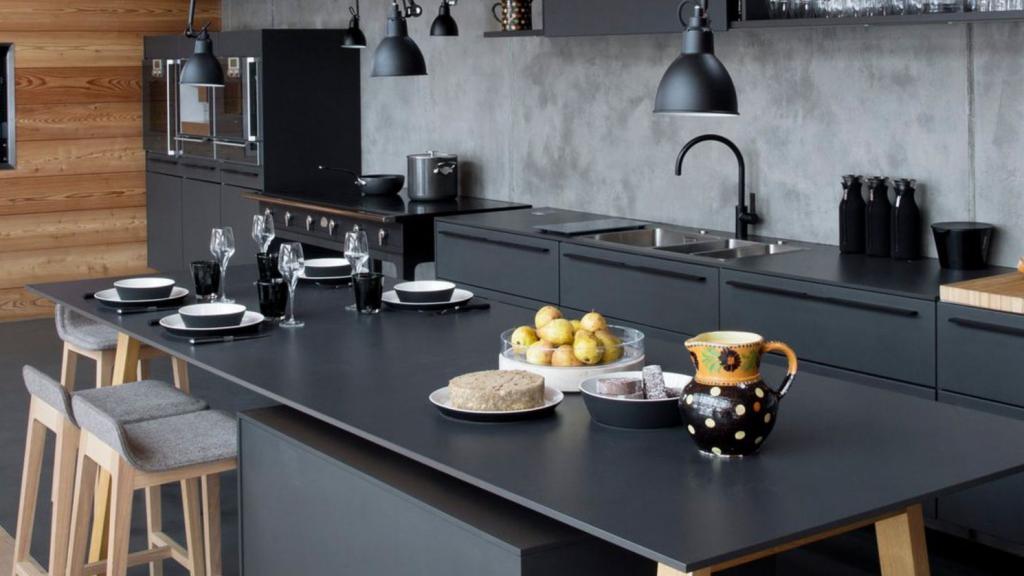 Cuisine noire et bois type industriel avec ilôt central